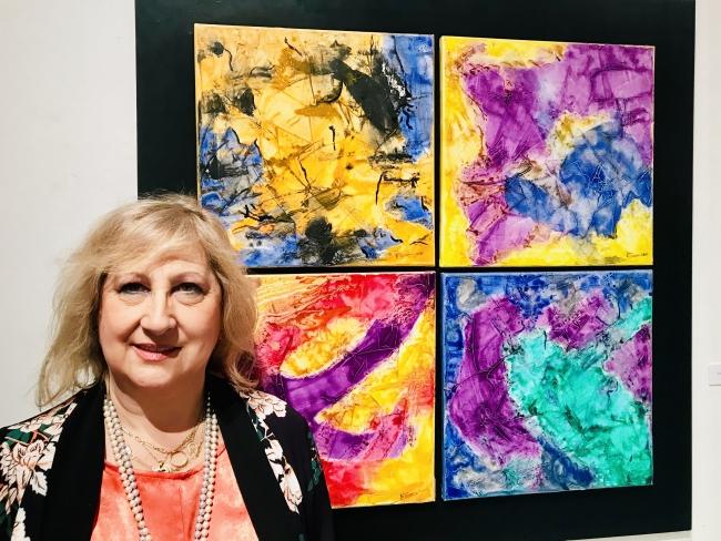 La artista NOVAIS ante una de sus coloridas obras  — Cortesía de Casa de Galicia