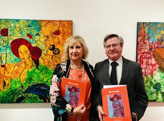La pintora NOVAIS con el coordinador de Actos Ramón Jiménez — Cortesía de Casa de Galicia