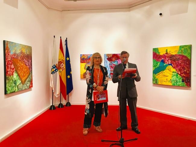 El coordinador de Actos de la Casa de Galicia. Ramón Jiménez con la pintora NOVAIS — Cortesía de Casa de Galicia
