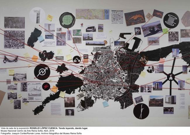"""Vista de la sala de la exposición """"Yendo leyendo, dando lugar"""". Cortesía Museo Reina Sofía."""