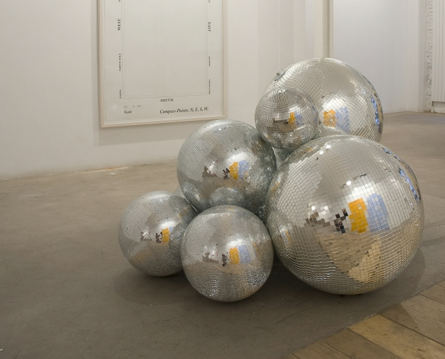 1.José Dávila. Gonzalo Lebrija, 2009. Ensamblaje con bolas de espejo. Colección CA2M. ©José Dávila. VEGAP Madrid, 2019 — Cortesía de la Sala Alcalá 31
