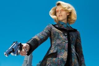 Miriam with Gun @ Nadia Lee Cohen — Cortesía de La Térmica