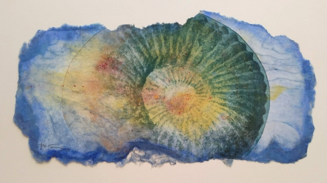 José Manuel Peña, Amonite, 2017, papel hecho a mano, grabado, collagraf, 45 x 73 cm. — Cortesía de la galería Acanto