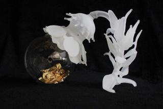 Adriana Marmorek. ANIMA, 2013, glass, gold leaf, motor, 22 x 34 x 23 cm. — Cortesía de Nohra Haime Gallery