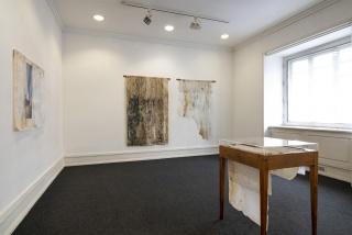 """Vista da exposição/exhibition view """"Com a Mão cheia de Pó"""" de/by Rita Gaspar Vieira, Galeria Belo-Galsterer, 2020. Créditos/credits: Eduardo Sousa Ribeiro."""