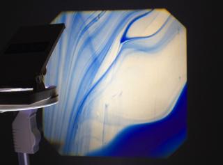 Miguel Cheta. Vidro Catedral manual projectado com Retroprojector. Projec?a?o de dimensa?o varia?vel — Cortesía de Artadentro Arte Contemporânea