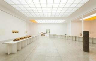 A Singular Form, vista de la instalación, Fotografía de Oliver Ottenschläger