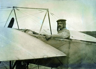 El aviador francés Julien Mamet, autor del primer vuelo en Madrid el 23 de marzo de 1910 desde el aeródromo de Ciudad Lineal – Cortesía de Área de Gobierno de Cultura y Deportes del Ayuntamiento de Madrid