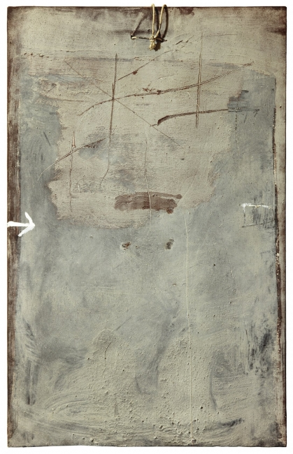 Antoni Tàpies, Flecha y cordón (1974) Técnica mixta y ensamblaje sobre tela 116 x 73 cm.  — Cortesía de la galería Mayoral