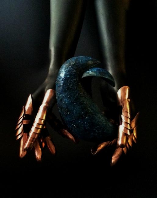 Manos de Gabriela Mistral sosteniendo dos aves