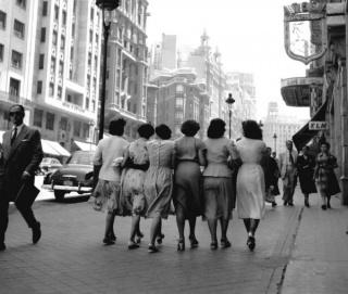 Françesc Català-Roca, Señoritas por la Gran Vía, Madrid, ca. 1959 © Arxiu Fotogràfic de l'Arxiu Històric del COAC