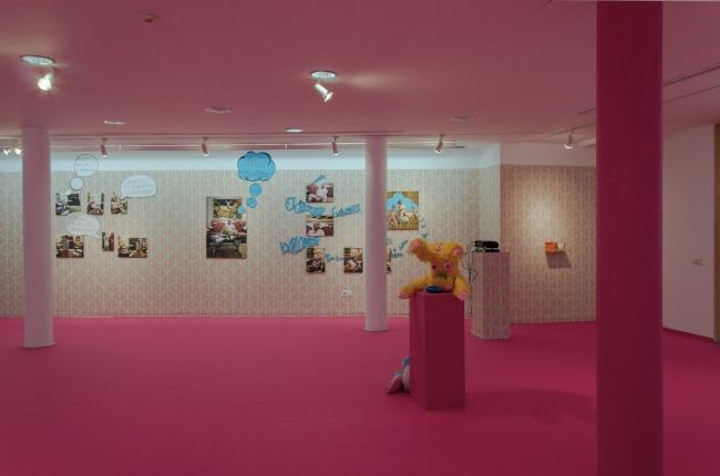 Vista parcial sala kitsch. Instalación de Blanca Montalvo, esculturas Dela Delos. Sala MVA. Málaga — Cortesía de Culturama. Diputación de Málaga