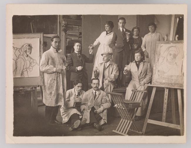 Cecilio Plá rodeado de artistas haciendo un brindis Anónimo Papel fotográfico Madrid, Museo Nacional del Prado — Cortesía del Museo del Prado