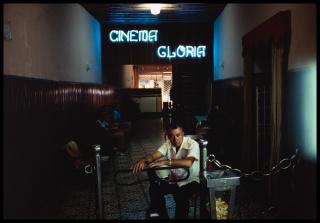 Cinema Glória, 1975, de Miguel Rio Branco — Cortesía del Instituto Moreira Salles