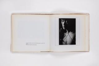 Vista de página interior de Yanomami, de Claudia Andujar, São Paulo, 1978. Fondo Consejo Mexicano de Fotografía / Biblioteca Centro de la Imagen. Reprografía: Elic Herre