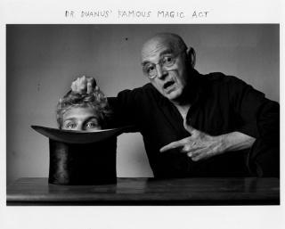 Dr. Duanus' Famous Magic Act, 1996 [El famoso truco del Dr. Duanus]. Cortesía de DC Moore Gallery, Nueva York. © Duane Michals