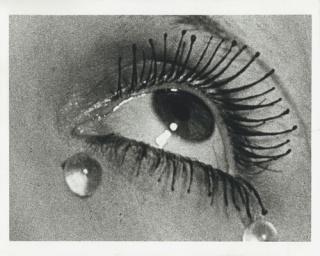 Man Ray, As la?grimas, 1932, Impressa?o em gelatina e prata de 1976 — Cortesía del Museu Oscar Niemeyer (MON)