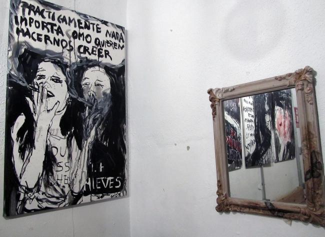 """Cuadro """"Prácticamente nada importa como quieren hacernos creer"""" en la exposición Reinas del Punk"""