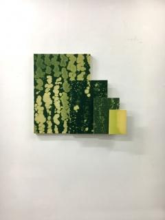 Belén Rodríguez. Multiplicación cruzada II, 2019. Cuatro cuadros crecientes. Lejía sobre popelín. 74x79x12 cm. — Cortesía de la galería Juan Silió