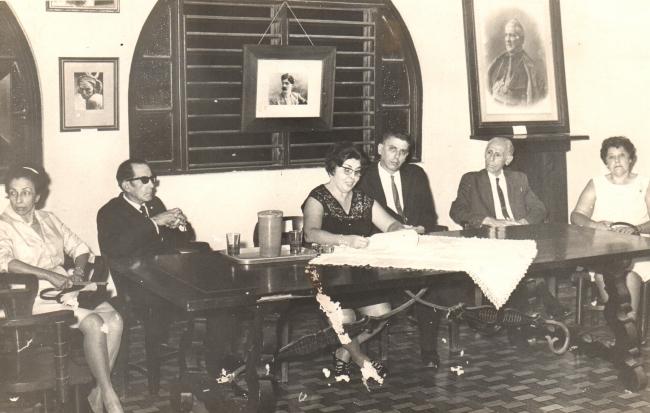 Fotografía del acto  en homenaje a ABELARDO RODRÍGUEZ URDANETA por el «Ateneo Dominicano» el 23 de julio de  1969, en el 99 aniversario de su natalicio. Aparecen de izq. a derecha: la pintora Ayda  Ibarra, Dr. Manuel Fernández Peix, la conferenciante Prof