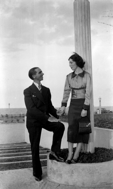 Juan Cibrán (prometido de Belkiss) y Belkiss Adrover © Atilano Sánchez, Parque Ramfis,  Ciudad Trujillo, 1938. Imagen cortesía  Ylonka Nacidit-Perdomo