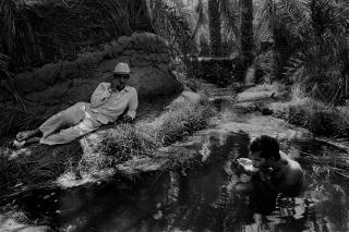 Jordi Esteva. Ban?o en un manantial del oasis de Al Jarga. 1984 © Jordi Esteva — Cortesía de PHotoEspaña