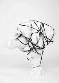 Mariu Palacios, «Heroína en construcción», 2014. Registre fotogràfic de performance. Montatge sobre paper cotó i bastidor, 150 x 100 cm