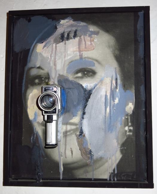 Wolf Vostell, Retrato de Mercedes con cámara, 1979.  The Wolf Vostell Estate — Cortesía del MUSAC