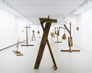 """Vista de la exposición """"riflepistolacañon"""" de Jacobo Castellano en ARTIUM, enero 2019 — Cortesía de Arte Madrid"""