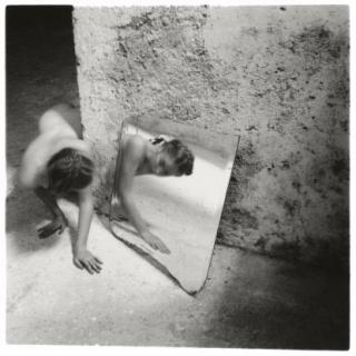 Francesca Woodman, Self-deceit #1, Rome, Italy. © Courtesy Charles Woodman, The Estate of Francesca Woodman — Cortesía de la Fundación Canal