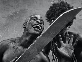 Encadenado. Jacmel. Haiti, 2002 © Cristina García Rodero — Cortesía de la Biennal de Fotografia Xavier Miserachs