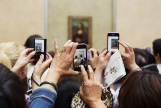 """Martin Parr. Paris. Le Louvre. 2012. Impresión por pigmentos. Martin Parr / Magnum Photos — Cortesía de la Obra Social """"la Caixa"""""""