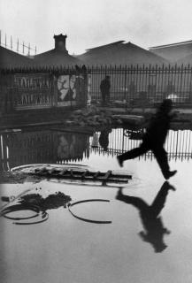 Detrás de la estación de Saint Lazare, Plaza de Europa, París, 1932 © Henri Cartier-Bresson / Magnum Photos — Cortesía de la Biennal de Fotografia Xavier Miserachs