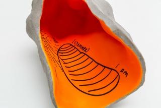 Teresa Solar, Forma de fuga, 2020, Baked clay, resin, paint, ink , 30 x 61 x 40 cm. — Cortesía de Travesia Cuatro
