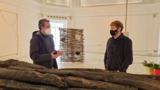 El presidente de la APS, Francisco Martín, junto al artista Javier Arce en el Palacete del Embarcadero — Cortesía de la Autoridad Portuaria de Santander