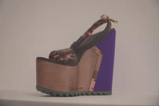 Dalila Puzzovio - Arty-shoes, 2011. Colección El deslumbre Goma, madera, carey, raso y metal. Colección privada — Cortesía del Fundación Proa