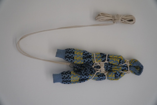 Mariela Scafati - Nin, 2015 Sweater y soga, 60 40 cm. Colección de la artista — Cortesía del Fundación Proa