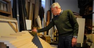 El artista John Castles en su taller con una maqueta de la obra que instalará en el Museo de Arte.