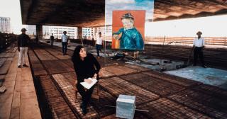 Lina Bo Bardi na construção do MASP na avenida Paulista ao lado do protótipo do cavalete de vidro com reprodução de O escolar (1888), de Vincent van Gogh, década de 1960 — Cortesía del MASP