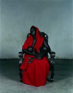 Vanessa Beecroft. Black Madonna with Twins [Virgen María negra con gemelos], 2006. Fotografía: C-Print digital. Colección `la Caixa´ de Arte Contemporáneo. © Vanessa Beecroft
