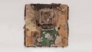 Bruce Conner. SPIDER LADY HOUSE [Hogar de la señora araña], 1959. Madera, nailon, patín de hielo, partes de muñeca, cuerda, joyas, plumas, pelo de animal, corchos, papel pintado y papel sobre madera. Colección del Oakland Museum de California. Donación de