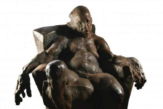Grzegorz Gwiazda, 'Sitting man' (bronce) – Cortesía del Museo Europeo de Arte Moderno (MEAM)