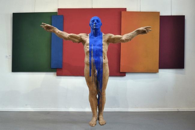 Grzegorz Gwiazda, 'Anointed' (papel y resina) – Cortesía del Museo Europeo de Arte Moderno (MEAM)