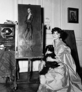 Leonor Fini con un cuadro en París. Gamma-Keystone Getty Images, 1956 — Cortesía de la Sala Alcalá 31