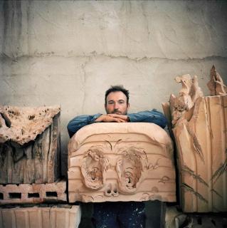 Miquel Barceló (1957), Miquel Barceló en su taller de cerámica, Vilafranca de Bonany, Mallorca, octubre 2019 © Foto: François Halard, 2019 © Miquel Barceló, VEGAP, Málaga, 2020 — Cortesía del Museo Picasso Málaga