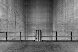 Fernando Daza, Estrutura  branca sobre fundo preto, papel Canson rasgado à mão e colado s/tela, 146x228 cm, 2018 — Cortesía de  Trema Arte Contemporânea