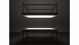 """Alfredo Jaar, """"Lament of the images""""  2002 Two aluminum tables, glass, perspex, LED lights and motor 420 × 244 ×122 cm. Cortesía de SCAI"""