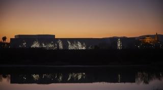 Daniel Canogar. Arde. Vista de la fachada mediatica. Fotografía de Pablo Ballesteros — Cortesía del Centro de Creación Contemporánea de Andalucía (C3A)