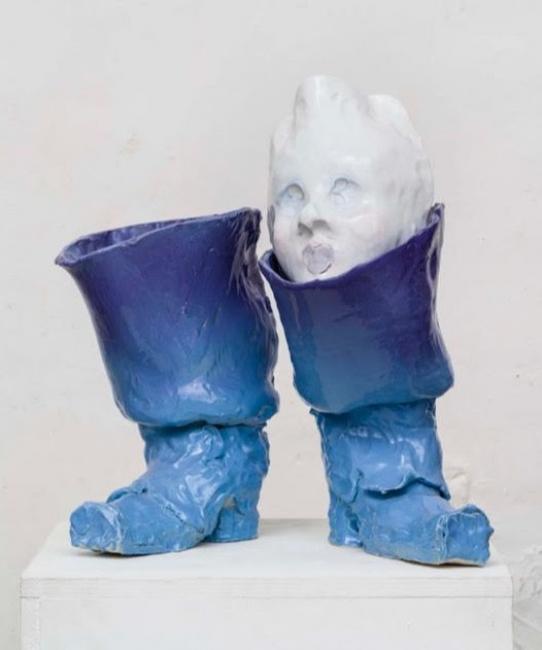 Blu Boot Hose, 2019.  Cerámica glaceada. 52 x 50 x 36.50 cm. Emiliano Maggi. Cortesía de Operativa Arte Contemporánea