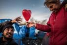 La Jungla. Campo de refugiados en Dunkerke. Una voluntaria reparte corazones, 2016 | Jordi Oliver